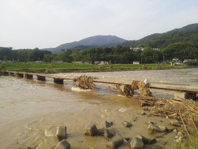 台風11号の増水で、橋の一部が陥没してしまいました。